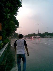 Berjalan kaki dengan kawan saya semasa hujan renyai - renyai